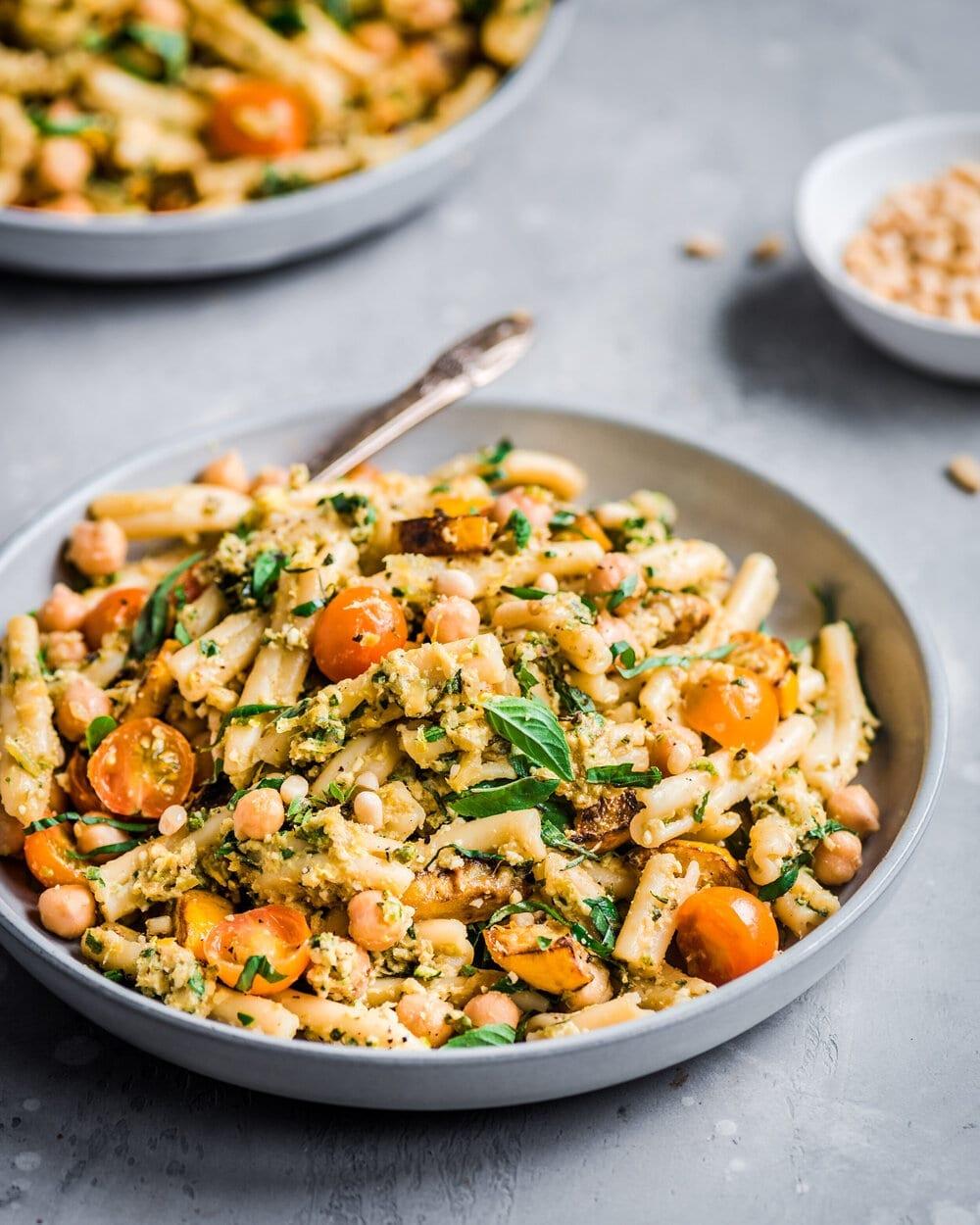10 Creamy Vegan Pasta Recipes. zucchini pasta. vegan zucchini pasta. creamy vegan zucchini pesto pasta. zucchini pesto pasta.